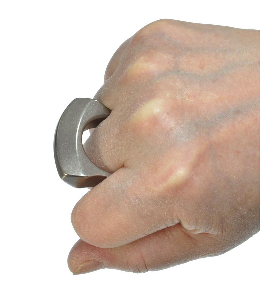 中指を深く入れてしっかり握る
