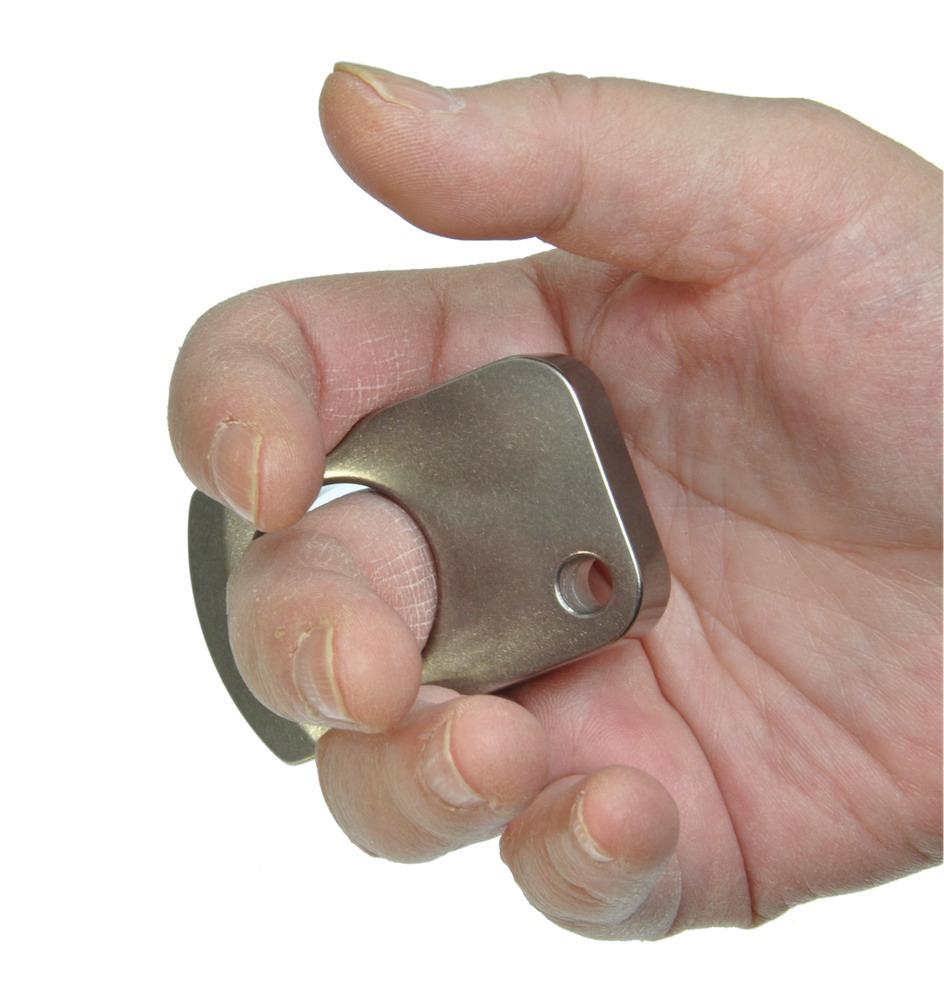 人差し指と薬指を添える
