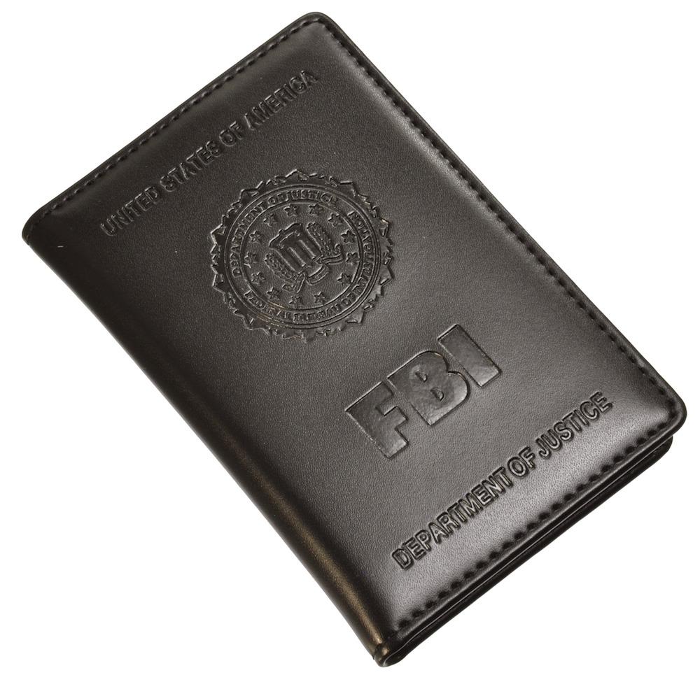FBIバッジ付きIDカードホルダーを閉じたところ